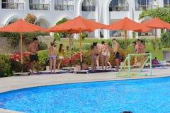 Sharm el-Sheikh Egipt, Marzec, - 14, 2018 Grupa letnicy angażował w zdrowie gimnastykach blisko błękitnego basenu obrazy stock
