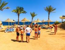 Sharm El Sheikh Egipt, Wrzesień, - 25, 2017: Turyści na animaci grą przy hotelem Marzą miejscowość nadmorską Szarm 5 gwiazd Obraz Royalty Free