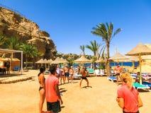 Sharm El Sheikh Egipt, Wrzesień, - 25, 2017: Turyści na animaci grą przy hotelem Marzą miejscowość nadmorską Szarm 5 gwiazd Zdjęcie Royalty Free