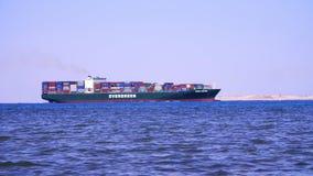 SHARM EL SHEIKH, EGIPTO - 5 DE ABRIL DE 2018: El Mar Rojo, un buque de carga grande navega en el mar almacen de metraje de vídeo