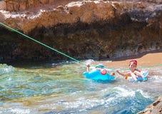 SHARM EL SHEIKH, EGIPTO - 9 DE JULIO DE 2009 Los niños nadan en el círculo de la natación en el mar Fotos de archivo libres de regalías