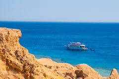 SHARM EL SHEIKH, EGIPTO - 9 DE JULIO DE 2009 Nave en el mar Foto de archivo libre de regalías