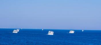 SHARM EL SHEIKH, EGIPTO - 9 DE JULIO DE 2009 Naves en el mar Fotografía de archivo