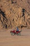 SHARM EL SHEIKH, EGIPTO - 9 DE JULIO DE 2009 una persona que viaja a través del desierto una bici del patio durante el safari Foto de archivo