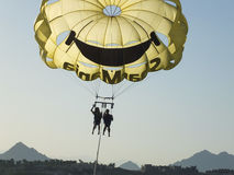 SHARM EL SHEIKH, EGIPTO - 19 de junho de 2015: Dois povos estão voando em um paraquedas amarelo Fotos de Stock Royalty Free