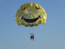 SHARM EL SHEIKH, EGIPTO - 19 de junio de 2015: Dos personas están volando en un paracaídas amarillo Imagen de archivo libre de regalías