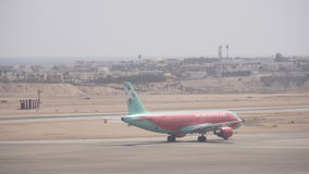 SHARM EL SHEIKH, EGIPTO - 8 DE MARÇO: Aviões do aeroporto internacional video estoque