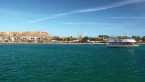 SHARM EL-SHEIKH, EGITTO DICEMBRE 2018: Retro yacht per resto contro il contesto delle palme e degli hotel Un minareto archivi video