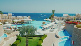 Sharm el Sheikh, Egitto, marzo 2017: Un hotel lussuoso sulla prima linea del Mar Rosso Una grande piscina video d archivio