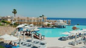 Sharm el Sheikh, Egitto, marzo 2017: Un hotel lussuoso sulla prima linea del Mar Rosso Una grande piscina, una barra archivi video
