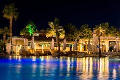 Sharm el-Sheikh, Egitto, 02/25/2019 Paesaggio di notte, interno dell'hotel che trascura lo stagno, case e palme fotografia stock