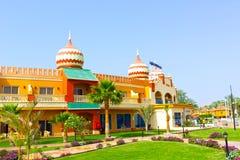 Sharm el Sheikh, Egypte - April 10, 2017: De mening van luxehotel AQUA BLU Sharm 5 sterren bij dag met blauwe hemel Royalty-vrije Stock Afbeelding