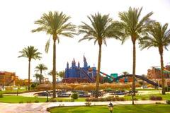 Sharm el Sheikh, Egypte - April 10, 2017: De mening van luxehotel AQUA BLU Sharm 5 sterren bij dag met blauwe hemel Royalty-vrije Stock Foto