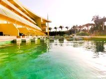 Sharm el Sheikh, Egypte - April 9, 2017: De mening van luxehotel Barcelo Tiran Sharm 5 sterren bij dag met blauwe hemel Royalty-vrije Stock Fotografie