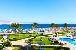 Sharm el Sheikh, Egypte - April 8, 2017: De mening van luxehotel Barcelo Tiran Sharm 5 sterren bij dag met blauwe hemel Royalty-vrije Stock Foto