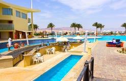 Sharm el Sheikh, Egypte - April 8, 2017: De mening van luxehotel Barcelo Tiran Sharm 5 sterren bij dag met blauwe hemel Stock Foto