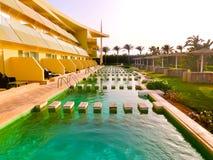 Sharm el Sheikh, Egypte - April 9, 2017: De mening van luxehotel Barcelo Tiran Sharm 5 sterren bij dag met blauwe hemel Stock Fotografie
