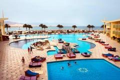 Sharm el Sheikh, Egypte - April 9 2017: De mening van luxehotel Barcelo Tiran Sharm 5 sterren bij dag met blauwe hemel Royalty-vrije Stock Foto's