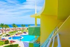 Sharm el Sheikh, Egypte - April 8, 2017: De mening van luxehotel Barcelo Tiran Sharm 5 sterren bij dag met blauwe hemel Stock Afbeelding