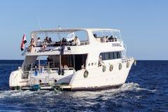 Sharm el Sheikh, Egypte - 23 janvier 2018 : Personnes heureuses naviguant dans le bateau à la station de vacances luxueuse en Egy Images stock