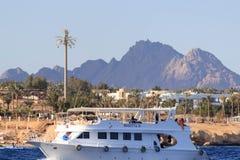 Sharm el Sheikh, Egypte - 23 janvier 2018 : Personnes heureuses naviguant dans le bateau à la station de vacances luxueuse en Egy Photographie stock