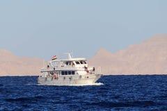 Sharm el Sheikh, Egypte - 23 janvier 2018 : Personnes heureuses naviguant dans le bateau à la station de vacances luxueuse en Egy Images libres de droits
