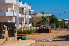 SHARM EL SHEIKH, EGYPTE - 9 JUILLET 2009 Bâtiments non finis dedans en centre ville avec des déchets Photographie stock