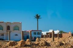 SHARM EL SHEIKH, EGYPTE - 9 JUILLET 2009 Bâtiments non finis dedans en centre ville avec des déchets Images stock