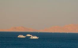 SHARM EL SHEIKH, EGYPTE - 9 JUILLET 2009 Bateaux en mer Photos stock