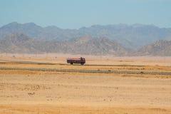 SHARM EL SHEIKH, EGYPTE - 9 JUILLET 2009 conduite sur une route dans le désert Photo libre de droits