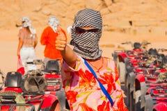 SHARM EL SHEIKH, EGYPTE - 9 JUILLET 2009 Fille caucasienne dans le foulard principal dans le désert Images libres de droits
