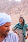 SHARM EL SHEIKH, EGYPTE - 9 JUILLET 2009 Le bédouin deux sont dans le désert Image stock