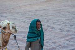SHARM EL SHEIKH, EGYPTE - 9 JUILLET 2009 Le bédouin est un chameau dans le désert Photos libres de droits