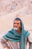 SHARM EL SHEIKH, EGYPTE - JULI 9, 2009 Bedouin in de woestijn en onderzoekt de afstand Stock Foto's