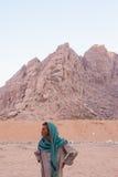 SHARM EL SHEIKH, EGYPTE - JULI 9, 2009 Bedouin in de woestijn en onderzoekt de afstand Stock Afbeeldingen