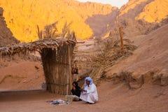 SHARM EL SHEIKH, EGYPTE - JULI 9, 2009 Bedouin en Moslimvrouwen verkopende goederen aan toeristen in de woestijn Royalty-vrije Stock Afbeeldingen