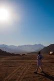 SHARM EL SHEIKH, EGYPTE - JULI 9, 2009 Het Bedouin lopen op woestijn Royalty-vrije Stock Foto