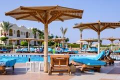 Sharm el Sheikh, Egypte, 28 Juli 2015: Strandparaplu's rond een zwembad Royalty-vrije Stock Foto's