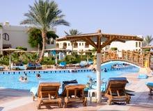 Sharm el Sheikh, Egypte, 28 Juli 2015: Toeristen die in een pool bij een toevlucht zwemmen Stock Foto