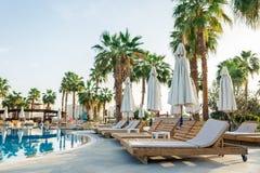 Sharm el-Sheikh, Egypte, 02/25/2019 L'int?rieur de l'h?tel pour la r?cr?ation Piscine d'eau bleue, palmiers et lits du soleil photo stock