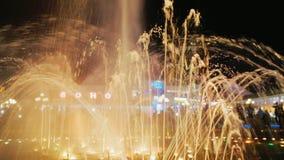 Sharm el Sheikh, Egypte, mars 2017 : Tendez le cou les rues de tir de l'eau lumineuse dans la fontaine de chant dans la place de  banque de vidéos