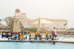 Sharm el Sheikh, Egypte 07 Mei, 2019: de mensen zonnebaden en zwemmen in de pool stock afbeeldingen