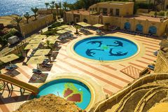 Sharm el Sheikh, Egypte - September 24, 2017: De mening van luxehotel droomt de Strandtoevlucht Sharm 5 bij dag met blauw meespee Royalty-vrije Stock Afbeeldingen