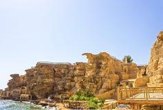 Sharm el Sheikh, Egypte - September 24, 2017: De mening van luxehotel droomt de Strandtoevlucht Sharm 5 bij dag met blauw meespee Royalty-vrije Stock Afbeelding