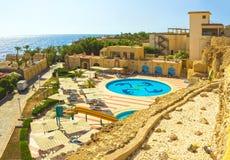 Sharm el Sheikh, Egypte - September 24, 2017: De mening van luxehotel droomt de Strandtoevlucht Sharm 5 bij dag met blauw meespee Stock Foto