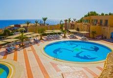 Sharm el Sheikh, Egypte - September 24, 2017: De mening van luxehotel droomt de Strandtoevlucht Sharm 5 bij dag met blauw meespee Stock Foto's