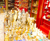 Sharm el Sheikh Egypten - April 13, 2017: Alabaster- katter och statyetten i egyptisk souvenir shoppar Royaltyfri Foto