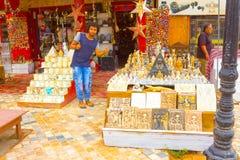 Sharm el Sheikh Egypten - April 13, 2017: Alabaster- katter och statyetten i egyptisk souvenir shoppar Royaltyfria Foton