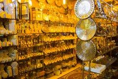 Sharm el Sheikh Egypten - April 13, 2017: Alabastervasen och statyetten i egyptisk souvenir shoppar Arkivbild