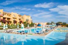 SHARM EL SHEIKH EGYPTEN - DECEMBER 15: Turisterna är på semester på det populära hotellet på December 15, 2014 i Sharm el Sheikh, Fotografering för Bildbyråer